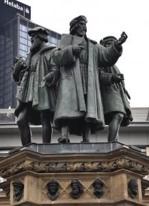 Frankfurt_Gutenberg-Denkmal_Statuen_1